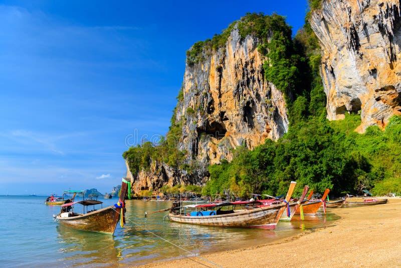 Długiego ogonu łódź na tropikalnej plaży, Tonsai zatoka, Railay plaża, Ao N zdjęcia royalty free