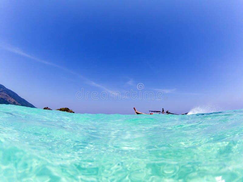 długiego ogonu łódź w Andaman morzu - Tajlandia wakacje pojęcie obraz stock