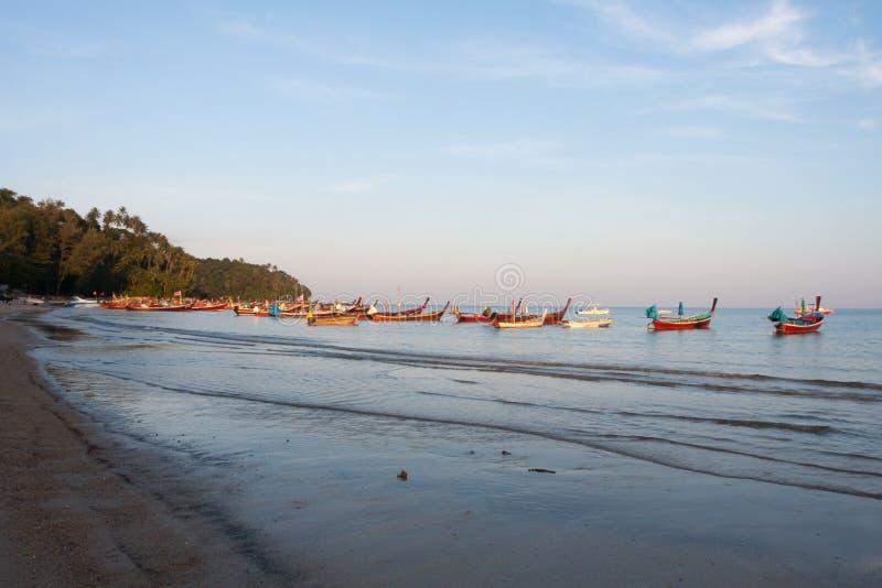 Długiego ogonu łodzie w uderzenia Tao zatoce, Phuket, Tajlandia obraz royalty free