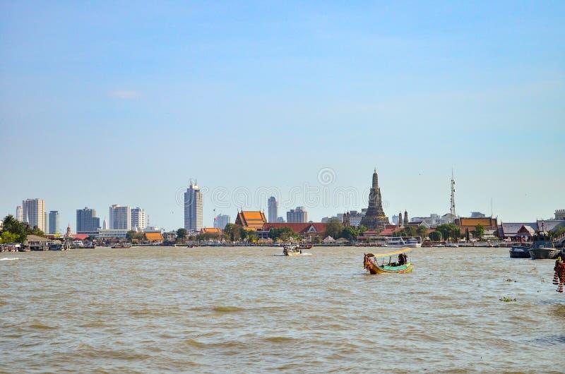 Długiego ogonu motorowej łodzi rejs przed Watem Arun w Chaopraya ri zdjęcie stock