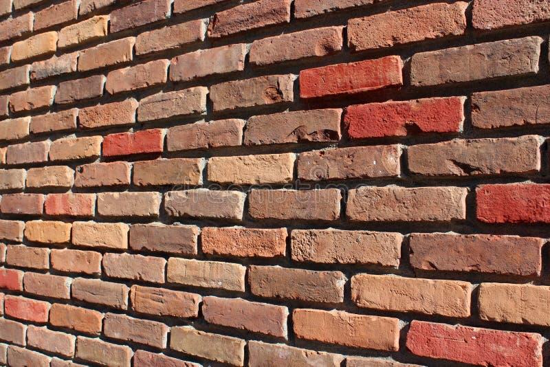 Długość czerwieni i brązu ściana z cegieł pokazuje craftsmanship który budował je kamieniarz zdjęcia stock