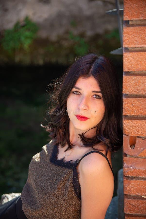 Długość portret piękna brunetki dziewczyna z czerwonymi wargami obraz stock