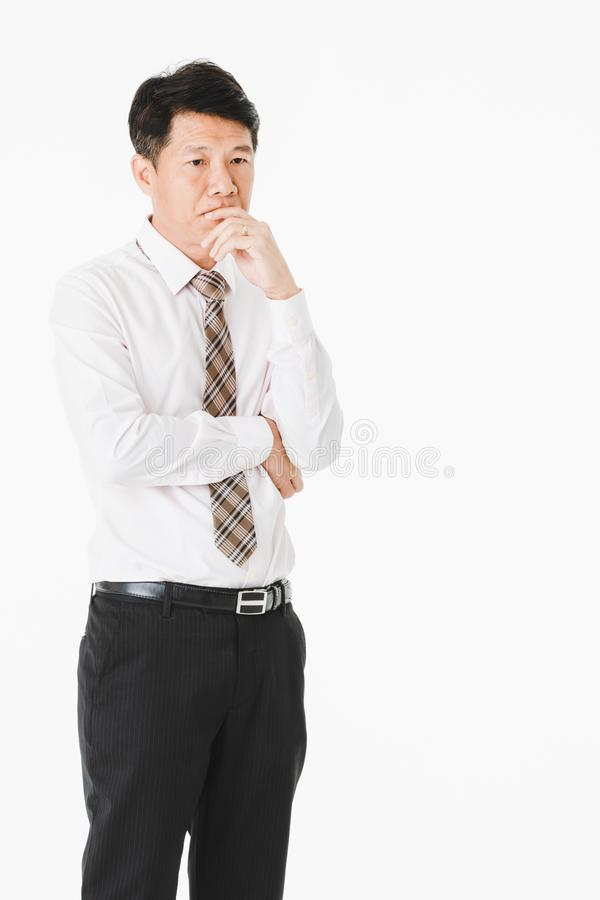 Długość portret w średnim wieku, przystojny, Azjatycki, biznesmen, w białej koszula, paskował krawat cierpi od ostrej migreny, gr fotografia royalty free