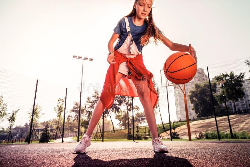 Długowłosy skoncentrowany nastoletniej dziewczyny być ubranym wygodny odziewa zdjęcie stock