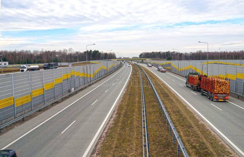 D?wi?koch?onne bariery zmniejsza ha?as wytwarzaj?cego samochodowym ruchem drogowym autostrada obraz royalty free