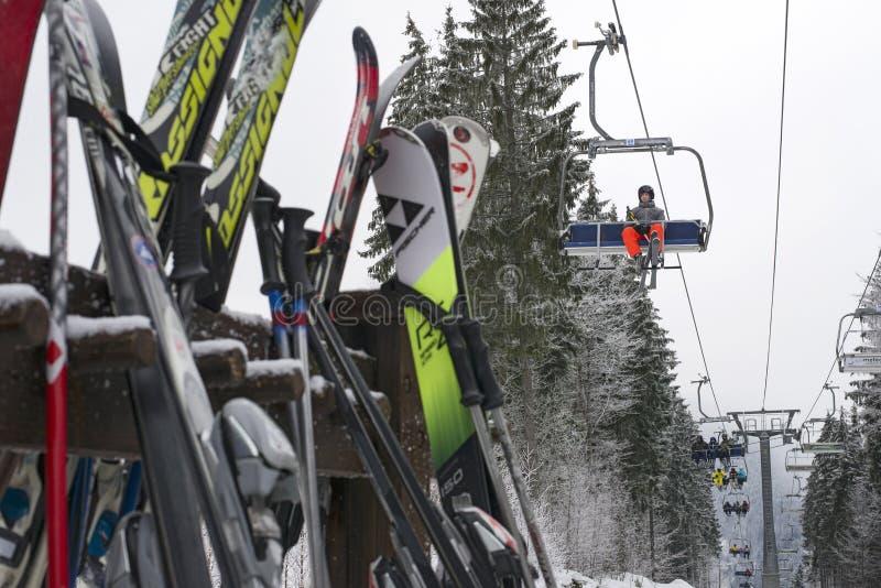 dźwigi narciarstwa ludzi obrazy royalty free