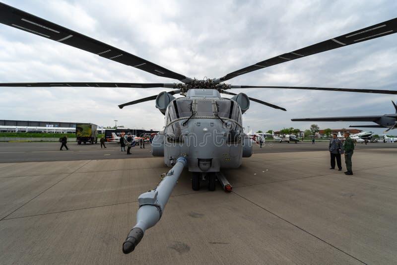 Dźwignięcie helikopteru towarowego Sikorsky CH-53K królewiątka ogier Stany Zjednoczone korpusami piechoty morskiej na lotnisku obrazy stock
