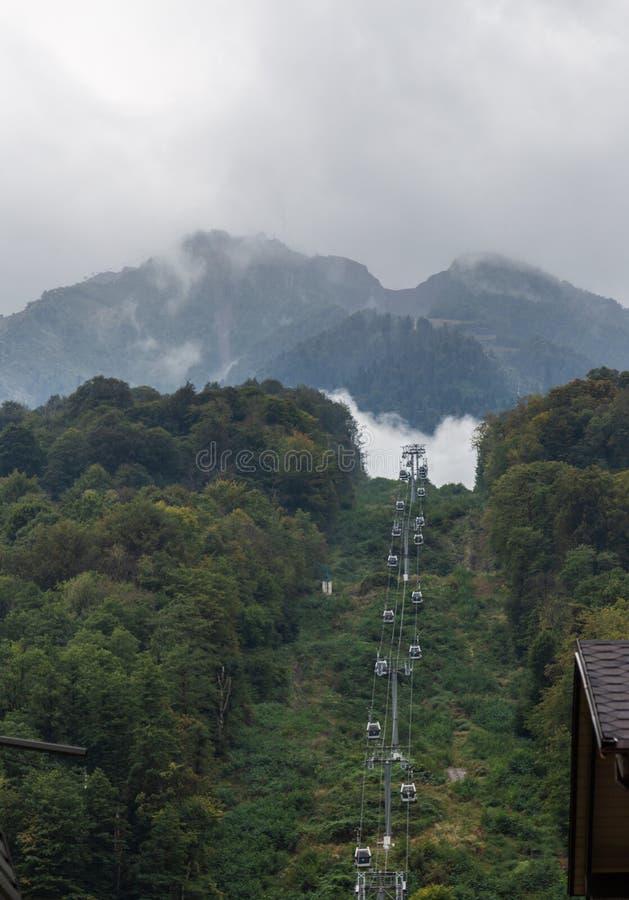 Dźwignięcie który bierze ludzi góry nad burza chmurnieje od doliny Mzymta rzeka, Krasnodar region, obrazy royalty free