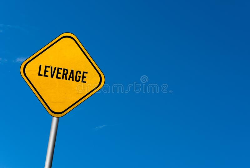 Dźwignia - koloru żółtego znak z niebieskim niebem fotografia stock