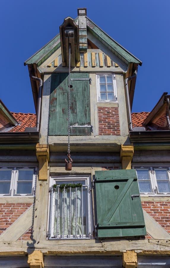 Dźwignik przy fasadą stary dom w Lauenburg zdjęcia royalty free