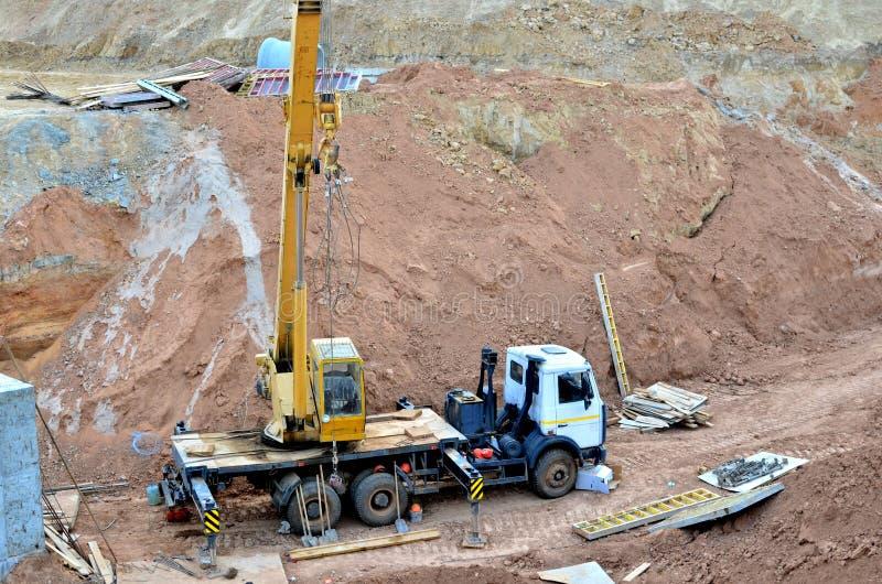 Dźwigowa operacja w jamie, kłaść lub zastępstwie podziemnej burzy ściekowe drymby przy budową, zdjęcie royalty free