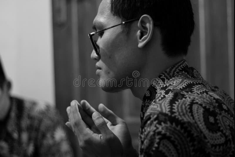 DŻAKARTA INDONEZJA, SIERPIEŃ, - 26, 2016: Muzułmański modlenie na czarnym bielu fotografia royalty free