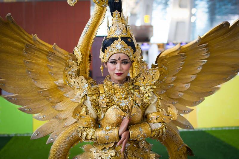 Dżakarta, Wrzesień - 5, 2018: portret piękna kobieta w południowo-wschodni Asia tradycyjnym ceremonialnym kostiumu z złotem i zdjęcie stock