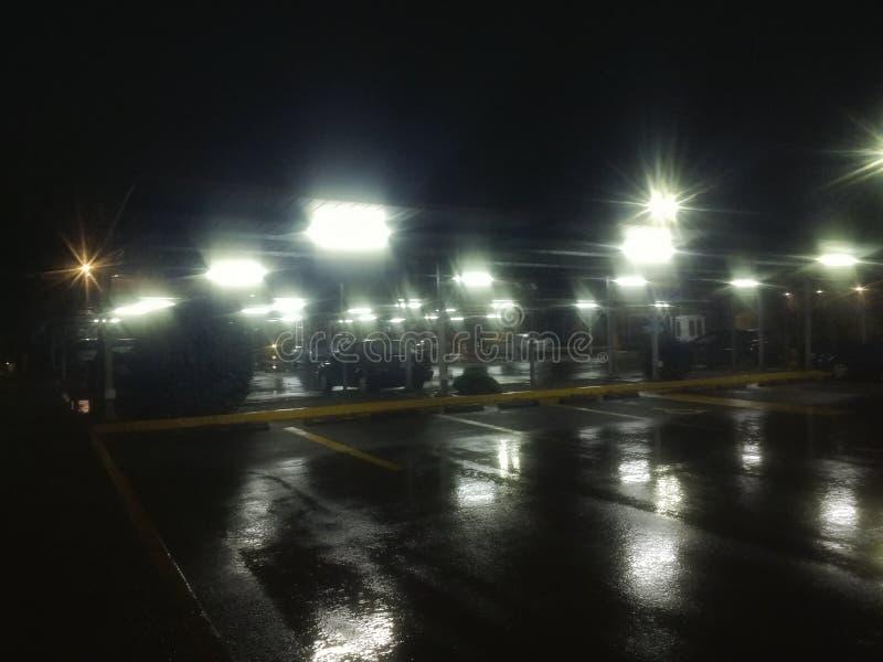 Dżdżysta nocy fotografia w parking obraz stock
