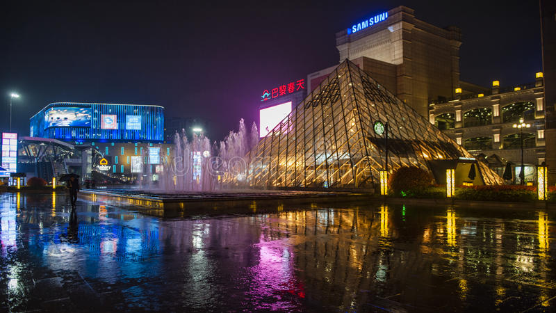 Dżdżysta nocy Jinsha rzeki droga obrazy stock