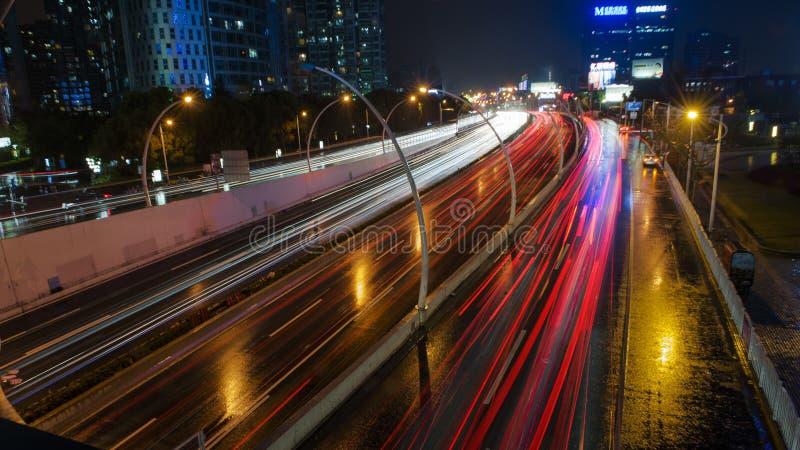 Dżdżysta nocy Jinsha rzeki droga zdjęcie stock