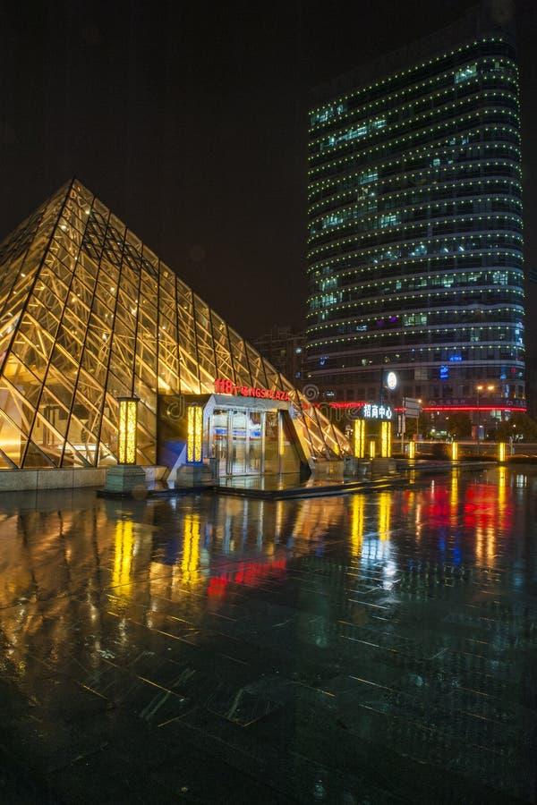 Dżdżysta nocy Jinsha rzeki droga obrazy royalty free