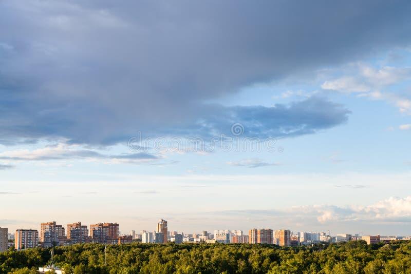 Dżdżyste szarość chmurnieją w błękitnym wieczór niebie nad miastem zdjęcie stock
