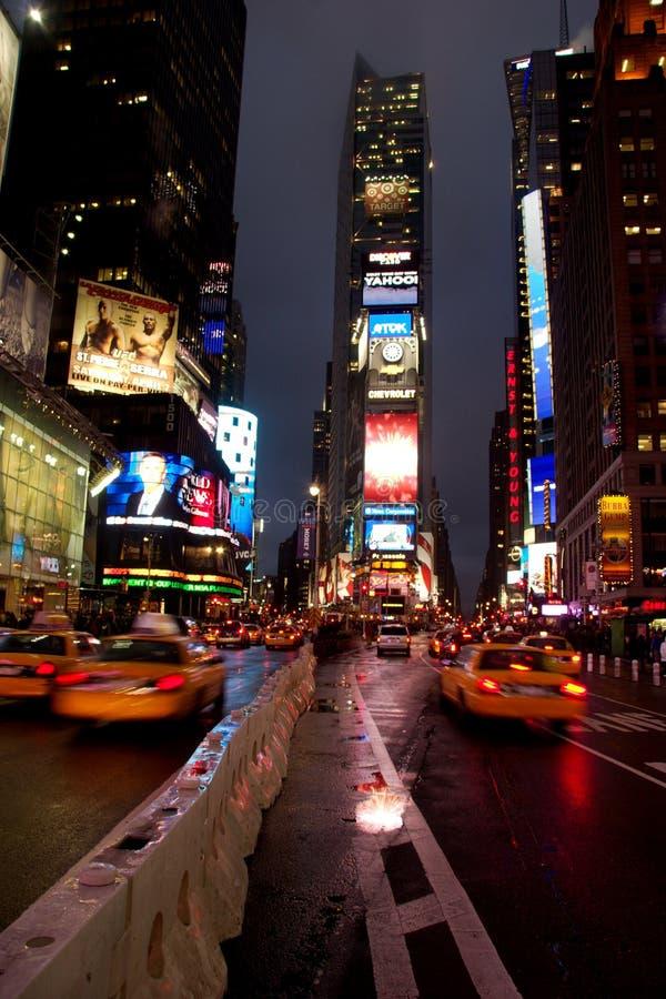 Dżdżysty wieczór jako ruch drogowy zbliża się times square, Manhattan fotografia royalty free