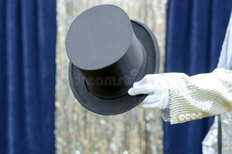 Dżentelmen lub magik trzyma out odgórnego kapelusz zdjęcie stock