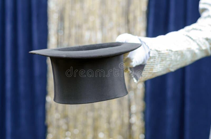 Dżentelmen lub magik trzyma out odgórnego kapelusz zdjęcia stock
