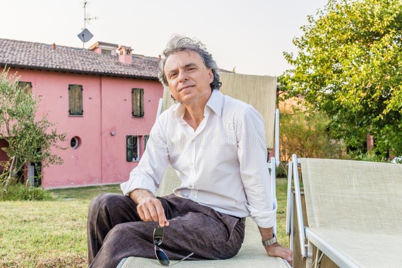 Dżentelmen na pokładu krześle w dom na wsi obrazy royalty free