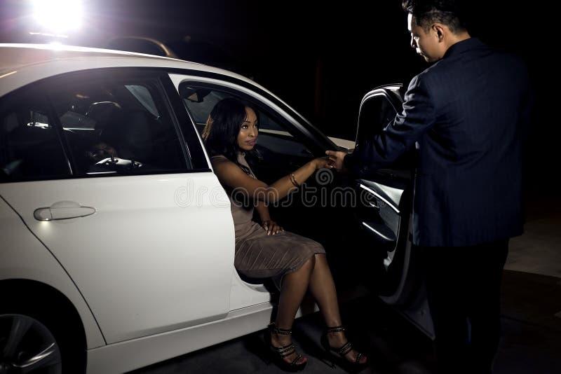 Dżentelmen Pomaga data Z samochodu zdjęcia stock