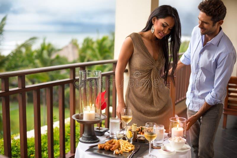 Dżentelmen z jego dziewczyną na gościu restauracji obrazy royalty free