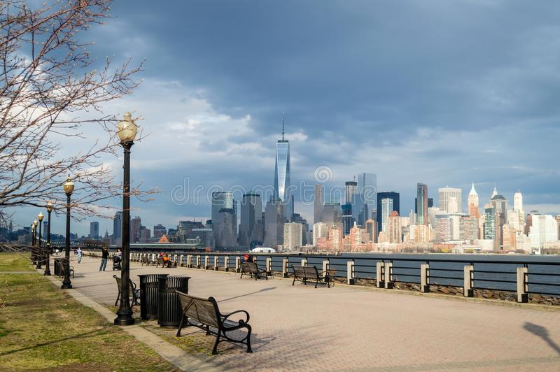 Dżersejowy miasto NJ, usa,/- Marzec 2016: miasto Nowy Jork jak widzieć od swoboda stanu parka przy wiosna chmurnym dniem zdjęcia stock