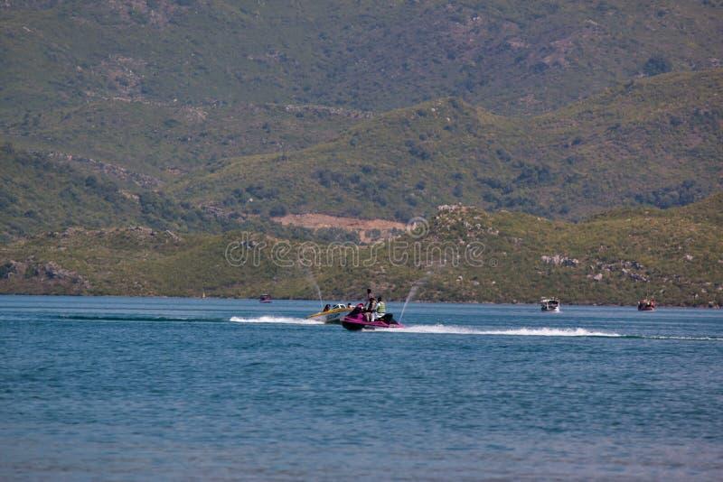 Dżetowe narty w jeziorze obrazy royalty free