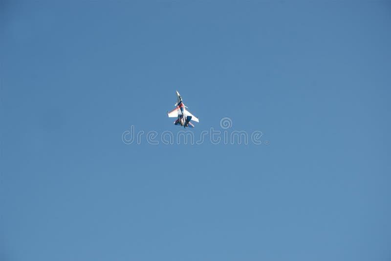 Dżetowego SU-27 aerobatic drużynowego ` rycerzy Rosyjski ` w niebie fotografia royalty free