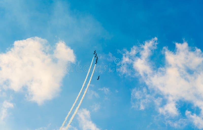 Dżetowi samoloty robi kształtom w niebie obrazy stock