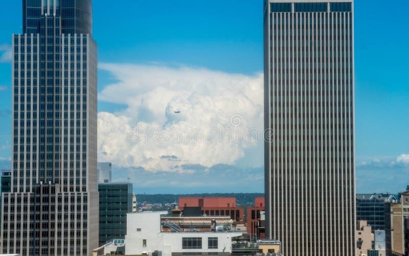 Dżetowy latanie za wielką thunderhead chmurą obrazy stock