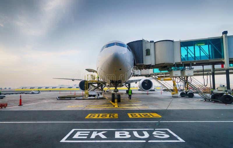 Dżetowy samolot dokujący w lotnisku obraz stock