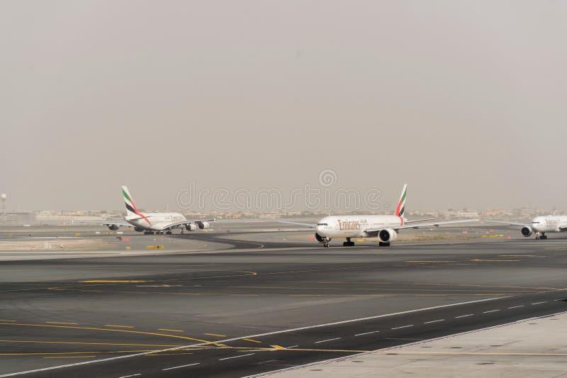 Dżetowy samolot w Dubai International lotnisku fotografia royalty free