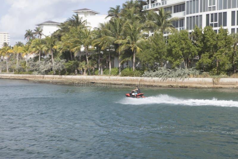 Dżetowy Sking wzdłuż Boca Raton wpusta w Floryda obrazy royalty free