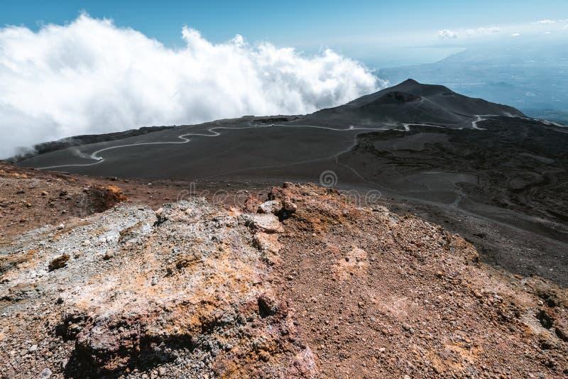 Dżip i droga przewozimy samochodem nad chmury na Halnym Etna wulkanie w Sicily, Włochy Duży aktywny wulkan w Europa obraz stock