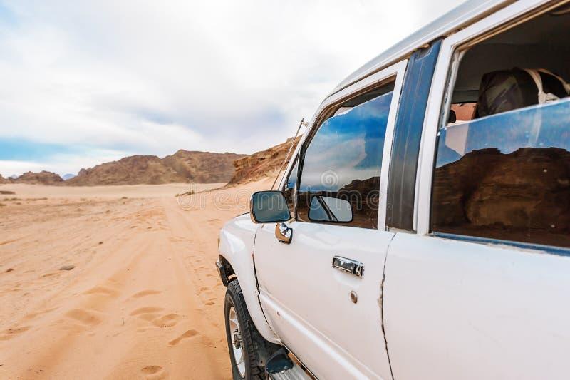 Dżip w wadiego rumu pustyni Jordania z samochodem fotografia stock