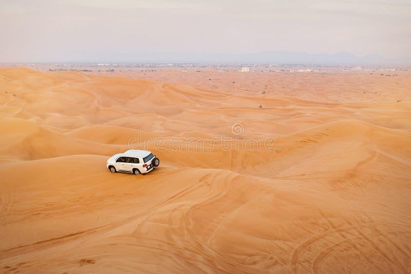 Dżipa samochód w pustynnych safari, Zjednoczone Emiraty Arabskie fotografia stock