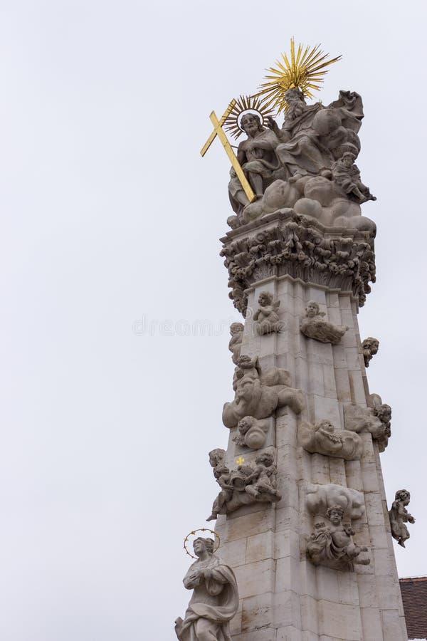 Dżumowa kolumna z złotym krzyżem w Europa Dżumowa historyczna pamięć Stara religijna statua z aniołami Barokowy kultura szczegół obrazy royalty free