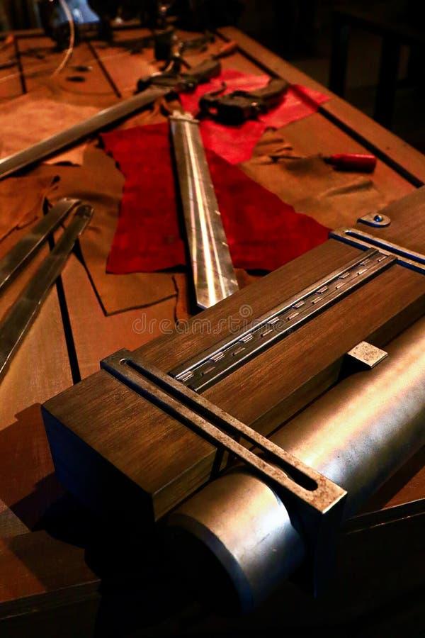 3D回旋齿轮剑和3D移动设备 库存照片