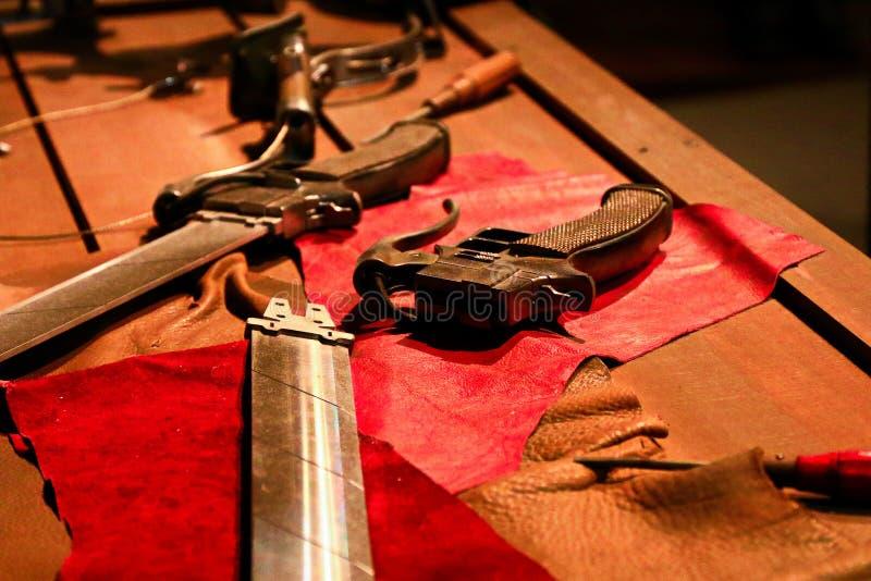 3D回旋齿轮剑和3D移动设备 库存图片