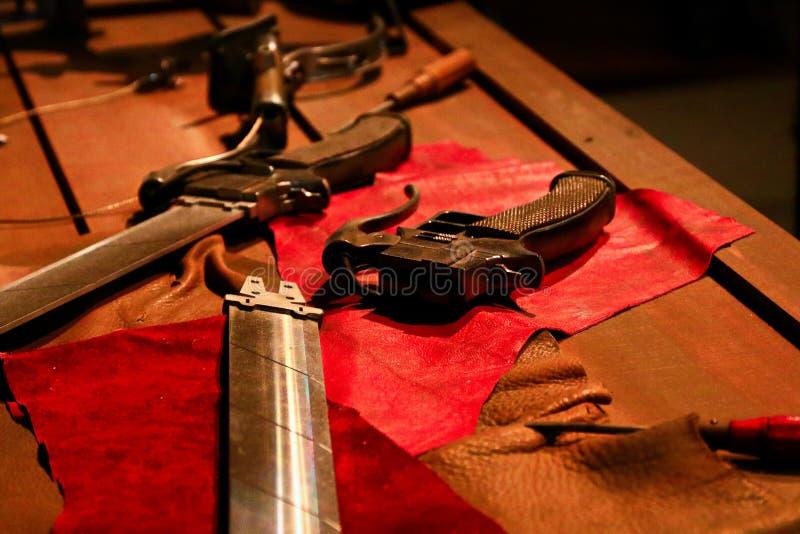 3D回旋齿轮剑和3D移动设备 免版税图库摄影