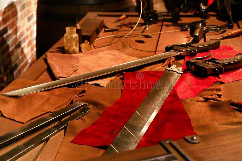 3D回旋齿轮剑和3D移动设备 免版税库存照片
