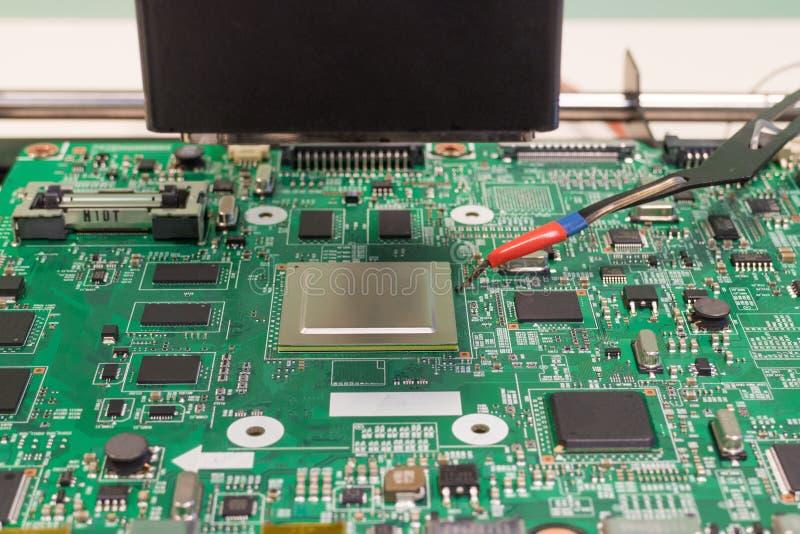 3d图象查出的修理公司技术电视 焊接在一个红外重做焊接的驻地的一块电子芯片 免版税库存照片