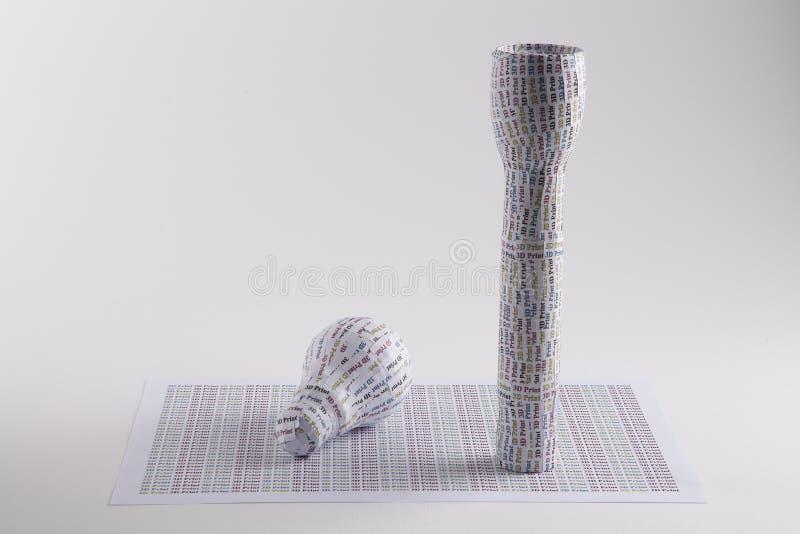 3D在电灯泡和手电形状的印刷品标签 图库摄影