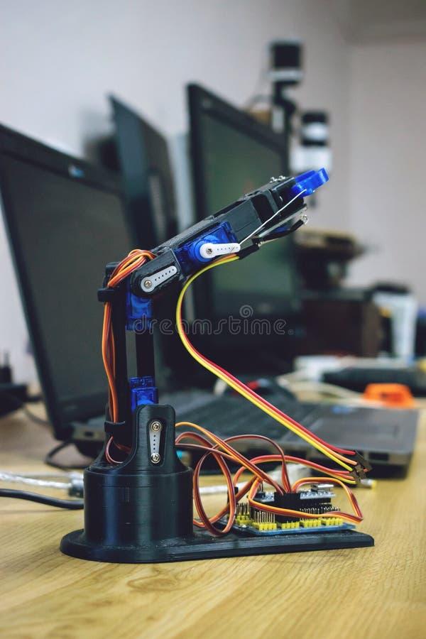 3D打印了有导线和控制板的机器人胳膊 塑料操作器,在三维打印的机器人手机械工具 免版税库存图片