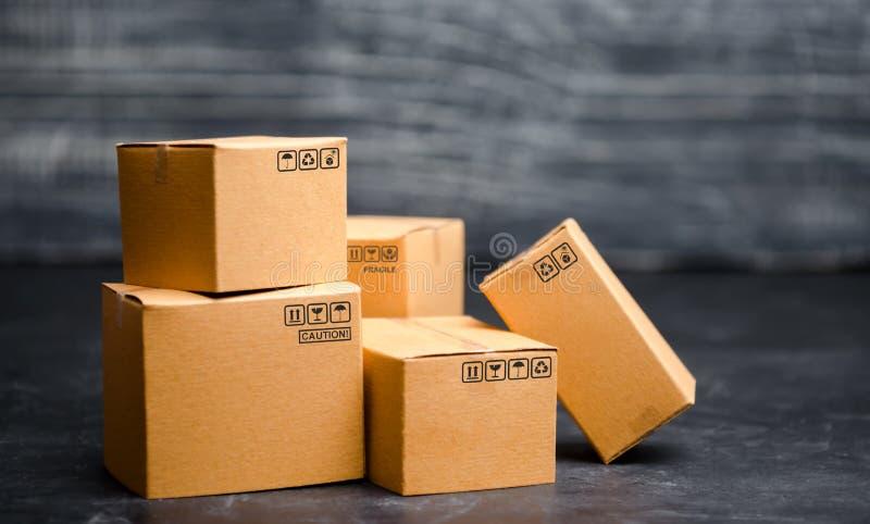 3d把纸板被生成的图象装箱 包装的物品的概念,送命令到顾客 完成品和设备仓库  移动 免版税库存照片