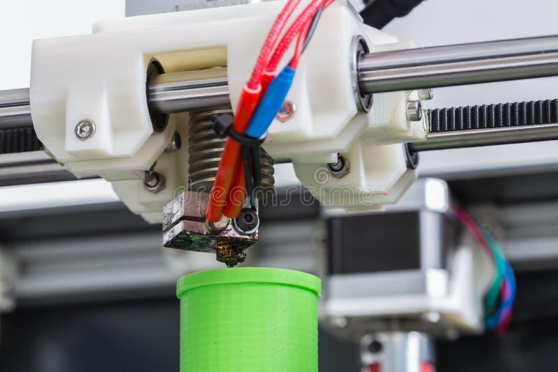 3d有鲜绿色的细丝的打印机 图库摄影