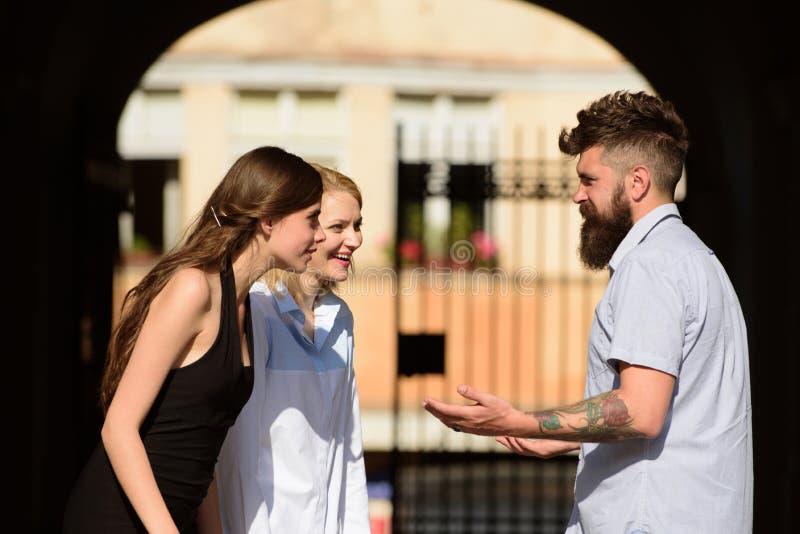 3d朋友例证查出的会议回报了白色 愉快的朋友 有胡子的微笑在街道上的男人和俏丽的妇女 男朋友约会女朋友 人们 库存图片